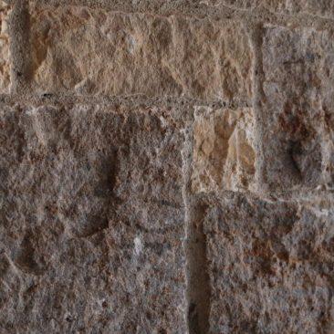 Detail einer Wand aus Natursteinen