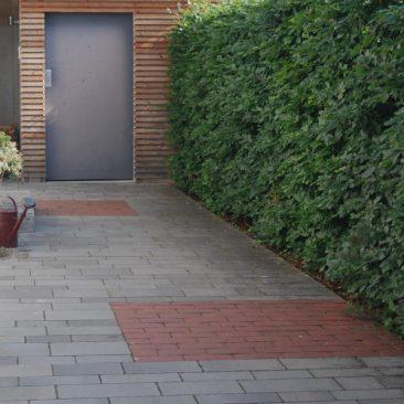 Hauszugang mit Beton-und Ziegelpflaster