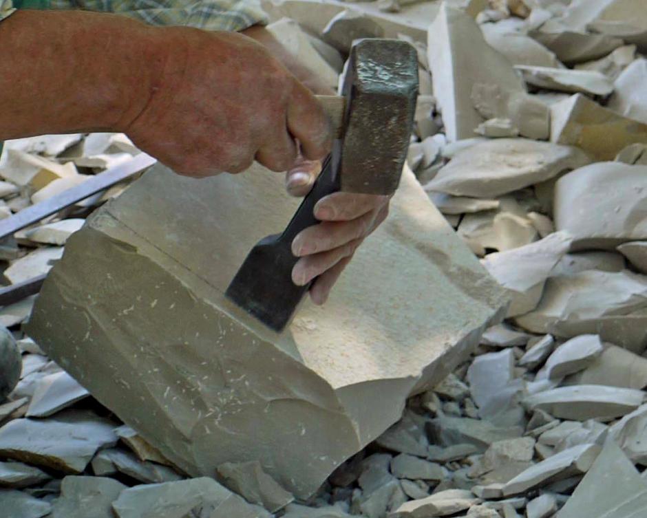 Naturstein als Element der Gartengestaltung in Ingolstadt. Ausschnitt aus den Arbeitsschritten bei der manuellen Steinbearbeitung
